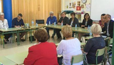 Imagen de una sala con varias personas reunidas