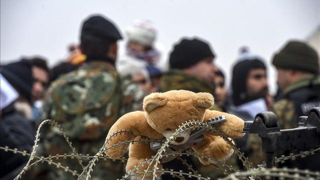 Imagen de un juguete enganchado en la concertina de una frontera