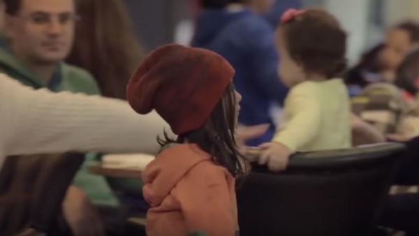 Fotograma del vídeo en el que aparece la niña