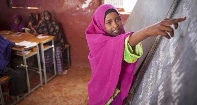 imagen de una niña refugiada en una clase