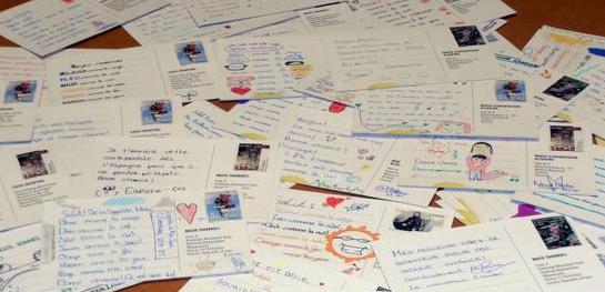 Una mesa llena de postales de una acción de AI llamada Regala tus palabras