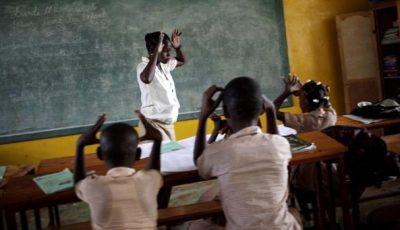 Imagen de una profesora en una clase