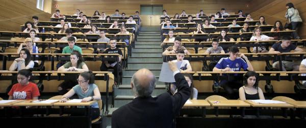 Imagen de un grupo de alumnos haciendo un examen de Selectividad