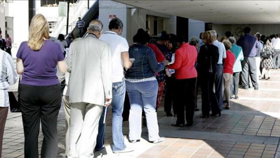 Una fila de personas esperando para votar