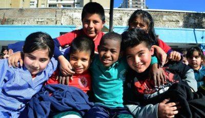 grupo de niños de un colegio chileno