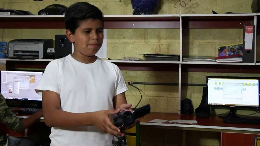 imagen de uno de los niños en la radio