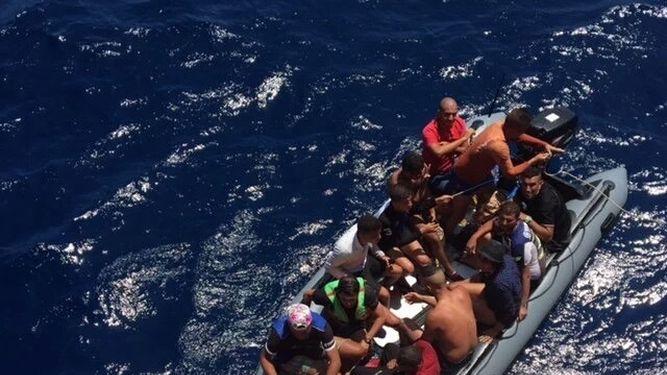 Imagen de una barcaza de inmigrantes