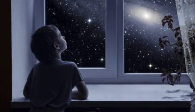 Imagen de un niño mirando un cielo nocturno