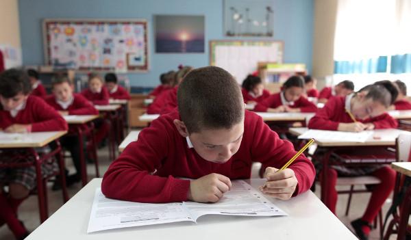 imagen de un niño en una clase