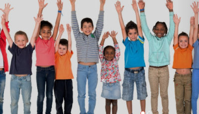 grupo de niños con los brazos levantados