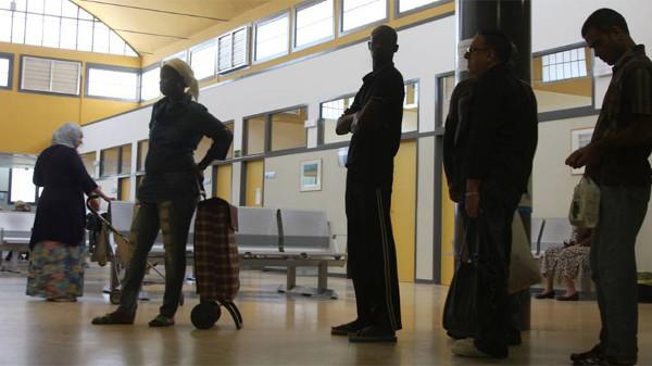 Algunosi inmigrantes en un Centro de Salud