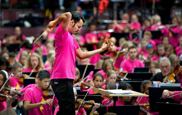 Imagen de Ron Álvarez dirigiendo una orquesta
