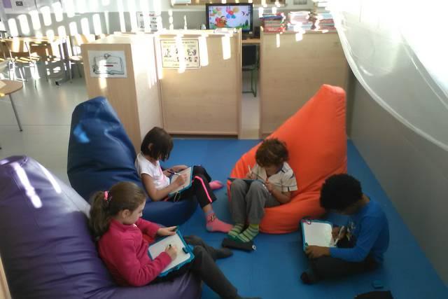 Grupo de niños sentados escribiendo