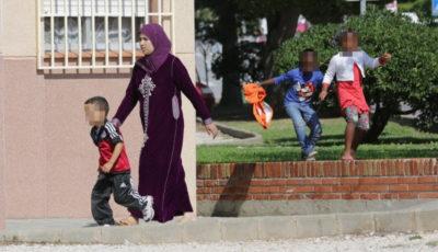 una musulmana con un niño de la mano