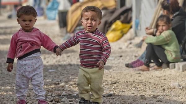 dos niños sirios en un campamento