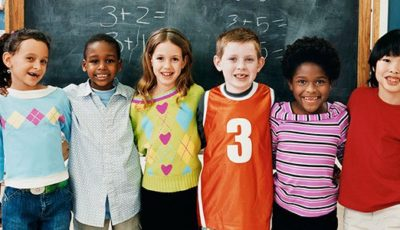 grupo de niños y niñas de diferentes etnias