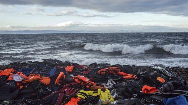 Un montón de chalecos salvavidas amontonados en rocas