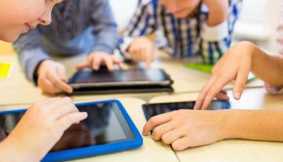 varios jóvenes trabajando con tabletas