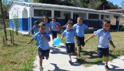 Imagen de unos niños corriendo por el campo