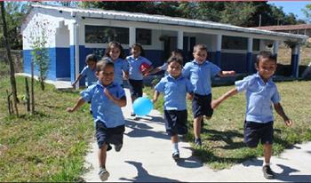 Imagen de unos niños saliendo de la escuela