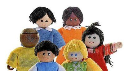 Imagen de varios muñecos de trapo de diferentes razas