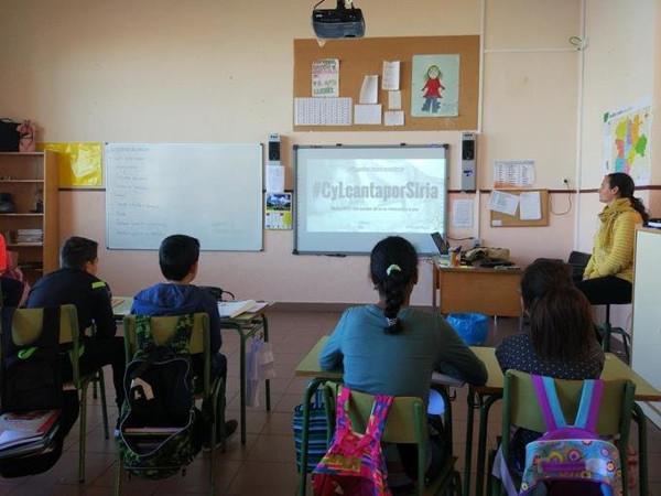 una clase viendo una imagen de la iniciativa