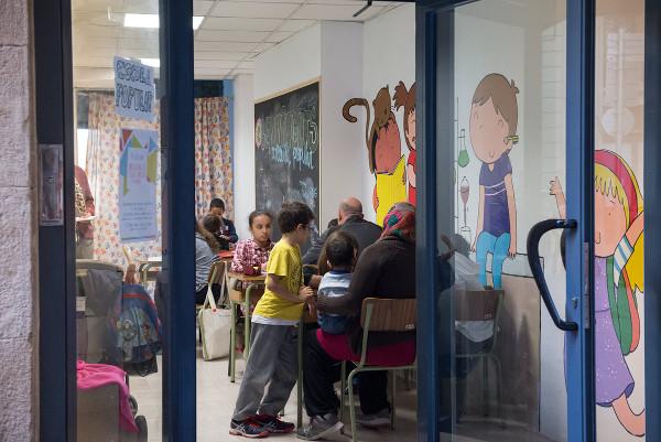 Padres y niños en una Escuela Popular