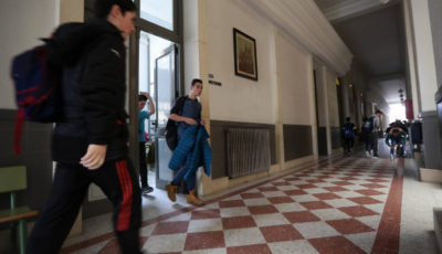 Imagen del pasillo de un Instituto y varios alumnos