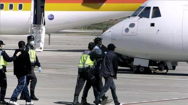 Imagen de unos inmigrantes obligados a subir a un avión