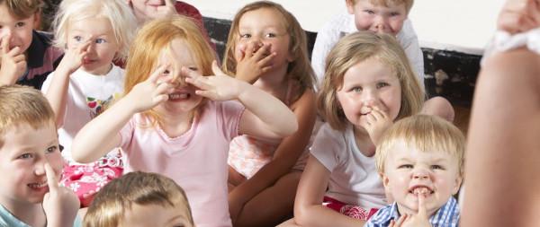 grupo de niños pequeños en clase