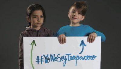 dos niños gitanos sujetando el cartel #yonosoytrapacero