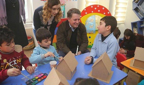 Imagen de niños sirios en una clase