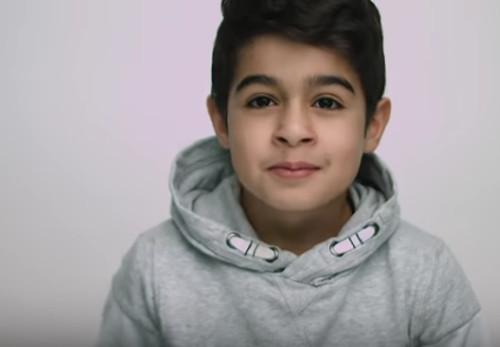 imagen de uno de los niños que aparecen en ell vídeo