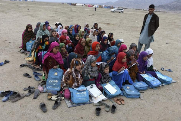 grupo de niñas refugiadas sentadas en el suelo
