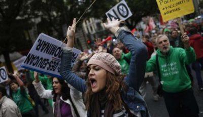 jóvenes en una manifestación