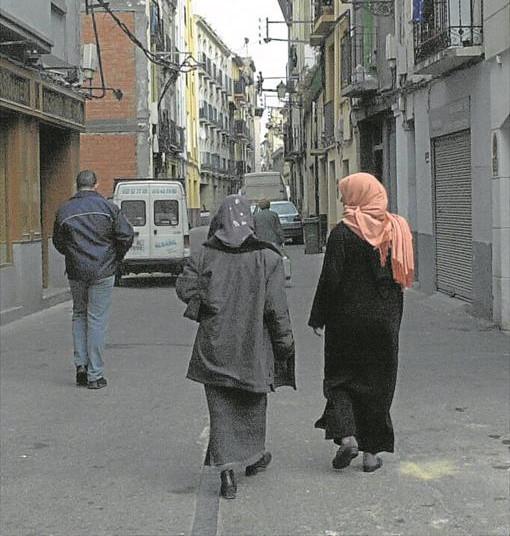 dos mujeres inmigrantes en la calle