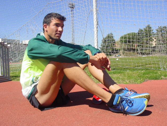 El deportista sentado en la pista