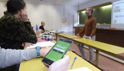 Imagen de un alumno/a con un móvil en clase