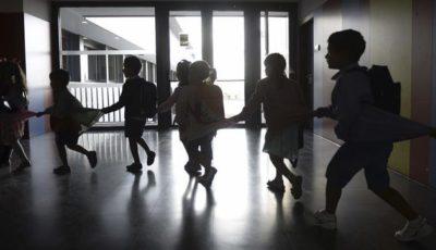 un grupo de niños caminando cogidos de la mano