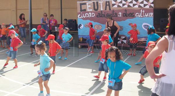 imagen de unos niños bailando en un patio