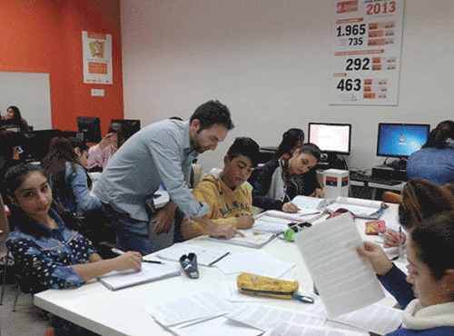Unos jóvenes en una clase