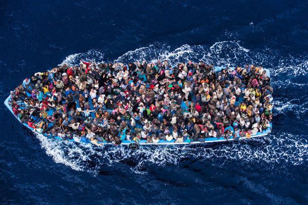 imagen de un barco abarrotado de refugiados