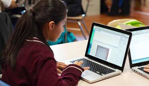 Una niña usando un ordenador
