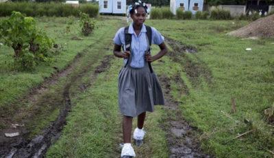 Una joven africana con uniforme de colegio