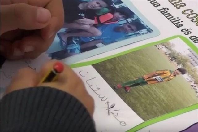 un alumno escribiendo en árabe