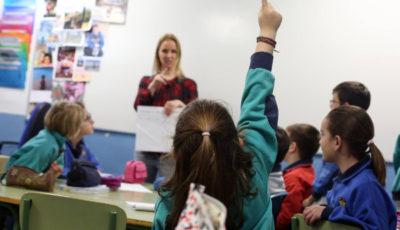 Una niña levanta la mano para preguntar