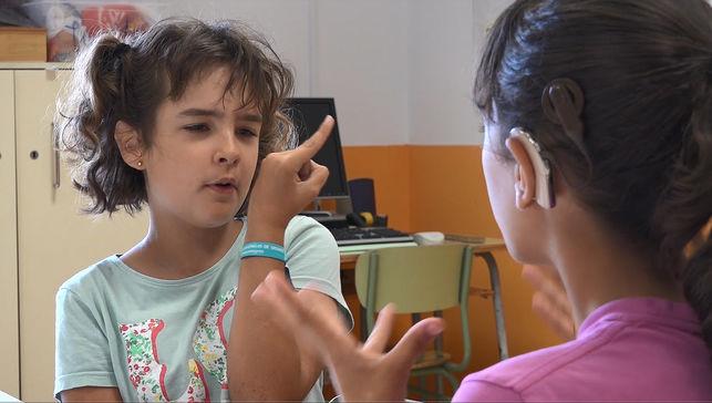 dos alumnas hablando en lenguaje de signos