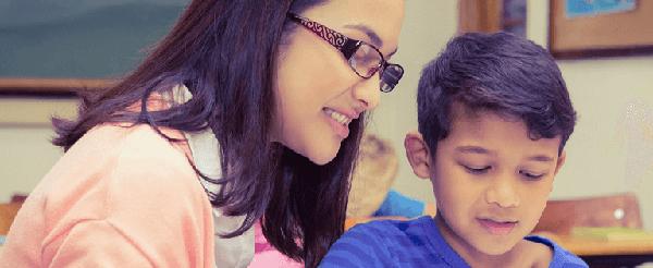 imagen de una profesora con un niño