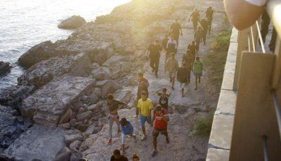 grupo de menores andando por unas rocas
