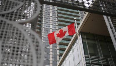 Un edificio con la bandera de Canadá